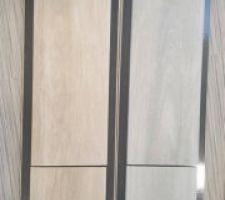 Pour le salon, couloir, cuisine, salle de bain1 et WC on a choisi le carrelage imitation bois couleur miel ( à gauche) et pour notre salle d'eau la couleur gris.