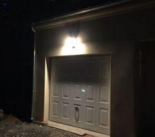 Éclairage LED extérieur avec détecteur au dessus du garage