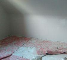 Pose du plâtre en cours sur les murs et cloison.