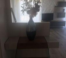 Voici notre console d'entrée avec ce beau vase en bamboo trouvé chez un magasin de ma region
