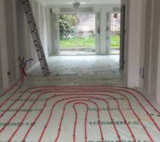 Mise en place des serpentins de chauffage au sol, La moitié de la pièce est faite.
