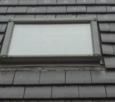 Voici l'état des collerettes d'étanchéité au niveau des fenêtres de toit... Cela ne semble pas chagriner notre conducteur de travaux. Depuis le début du chantier (fin mars 2017), pratiquement aucun suivi de notre conducteur de travaux, les maçons nous l'ont signalé à leur tour. Nous avons fait le travail à sa place, le responsable commercial de l'agence de Dunkerque ne donne plus signe de vie. Nous avons du contacter le service technique, le responsable s'est déplacé, il a été à notre écoute. Le gros problème est que notre conducteur de travaux réagit uniquement quand son supérieur le relance... Et comme les bureaux sont à Lens, nous devons régulièrement envoyer des mails avec photos car le conducteur de travaux ne répond que très rarement à nos messages et ne nous donne aucun conseil. Nous sommes lâchés dans la nature. Quel manque de professionnalisme !