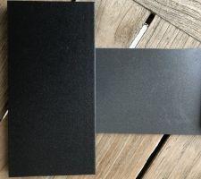 Futura noir 2100 sablé (menuiseries) à gauche et Futura gris 2900 sablé (tabliers de VR) à droite
