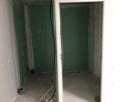 La future buanderie/WC (il manque le placo sur la partie gauche qui sera surement posée après la pose de l'escalier)