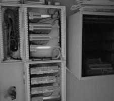 Le local technique devient présentable, à droite la partie Ethernet, en bas la partie domotique, en haut les courant forts, à gauche des fils bien peignés.
