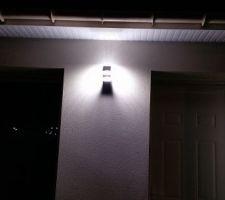 Lampe côté porte d entrée.