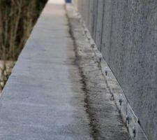 Étanchéité entre notre mur et le muret du voisin : une bande d'alu sur notre mur recouvert par un mortier fibré hydrofuge de 5 cm maintenu par une bande de polystyrène (6 cm) afin de garder l'espace vide entre les 2 murs en parpaings ... il reste à mettre un joint en haut de l'aluminium.