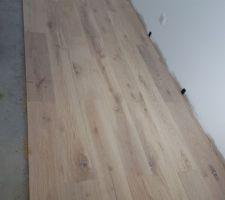 Installation du parquet dans notre chambre en chêne massif blanchi avec chanfrein. Moi personnellement j'en suis amoureuse !