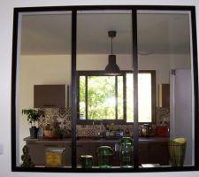 Voici notre verrière (faite maison) qui permet de séparer la cuisine de l'entrée avec vue sur la nature!