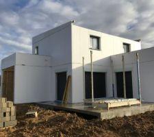 Montage des murs, charpente et plancher terminé !!!! On devine les toits terrasses plats et le toit bac acier pente 3%.