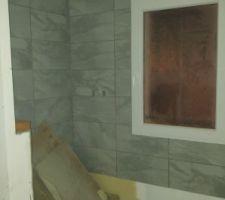 Aperçu de la salle d'eau. Photo prise sans eclairage donc les couleurs sont dénaturées. Sol gris anthracite, murs gris clairs.