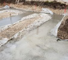 Les fondations sont coulées.:) :) :) Le temps n'est pas top.... 3/4 degrés ce matin 7/8 cet après-midi + ..... la pluie une fois le coulage terminé .... j'espère que ça n'aura pas de conséquence sur le séchage du béton et la qualité des fondations .