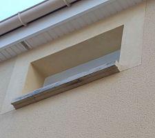 Fenêtre de la salle de bain vue fe l'extérieur et c'est nickel on a meme eu le droit au contour de fenêtre :)