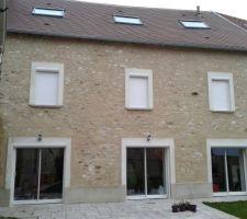 Petite photo de la façade termninée, toiture terminée et Volet roulant posé