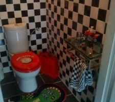 Ambiance course pour les toilettes, en l'honneur des deux hommes de la maison.
