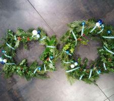 Les deux couronnes de Noël avant installation
