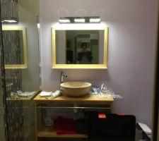 Pose éclairage led , miroir bambous, vasque travertin et meuble bambous