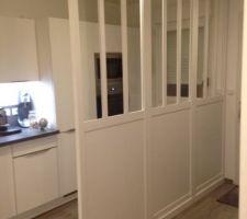Pose de la verrière pour délimiter l'espace cuisine / entrée