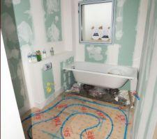 Pose du plancher chauffant - Vue de la salle d'eau/bain à l'étage