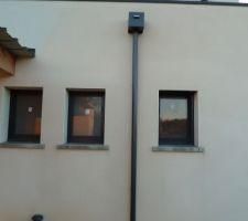 Une partie de la façade nord après nettoyage (enduit encore humide autour de la descente d'où des différences de couleur)