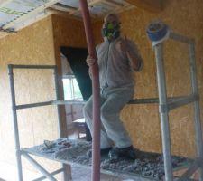 Insufflation de la ouate de cellulose dans les caissons de toiture