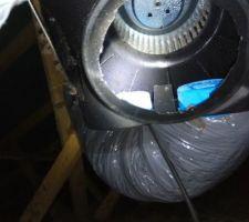 Nous avons une infiltration d'eau sur un plafond identifié sur la VMC car elle n'est pas encore en fonctionnement seulement les conduits condensent et il manque un capot sous la VMC qui laisse l'eau couler sur la laine puis vient humidifier le placo = sans capot, la VMC est complétement inutile puisque du coup on aspire l'air des combles !!!!!!!!!!!!!!!!!