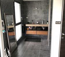 La salle de bain de la suite parentale et les toilettes