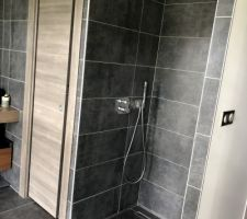 Porte a galandage des toilette de la suite et douche italienne