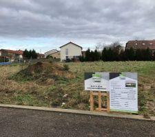 Panneau du permis de construire sur le terrain