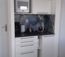 Le grande piece de l'étage : Atelier et salon : le coin cuisinette