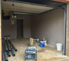 Garage avec isolation presque terminée.