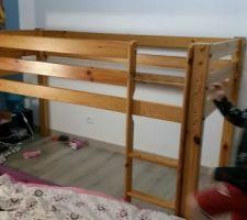 Installation d'un lit en hauteur pour que les enfants puissent retrouver de la place dans la chambre (ils dorment dans la même chambre). Relooking du lit en cours
