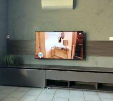 Meuble tv terminé avec le hacking pour le bois sur le mur
