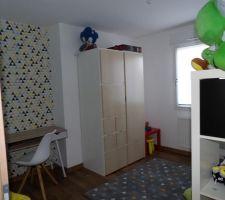 Chambre de notre fils, il manque les étagères sur le bureau..