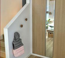 Placard d?entrée Ikea Pax avec bâti en bois peint en blanc