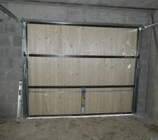 La porte de garage basculante habillée bois rend plutôt bien. On sent qu'elle est lourde mais les ressorts font bien leur boulot et elle se manipule assez facilement. Vue intérieure.