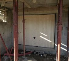 La porte de garage basculante habillée bois rend plutôt bien. On sent qu'elle est lourde mais les ressorts font bien leur boulot et elle se manipule assez facilement. Vue extérieure.