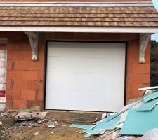 La porte du garage est posée ! :)