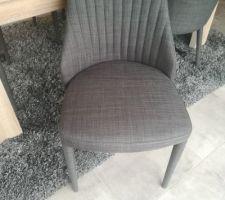"""Chaise """"Anémone"""" gris foncé de chez Alinéa"""