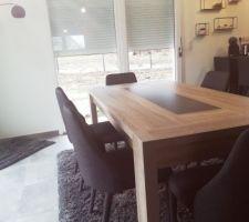 """Table Mathis de chez Fly et chaises """"Anémone"""" gris foncé de chez Alinéa"""