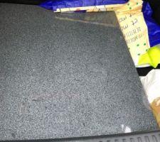 Tablette en granit de la niche de droite dans l'entrée.
