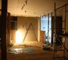 Cloisons de la cuisine, installation du système à galandage, ouverture pour la verrière