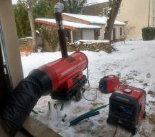 Canon à air chaud branché à un groupe électrogène