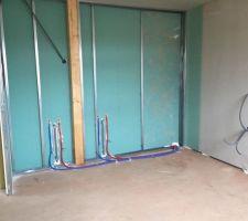 Chambre parentale, futur placard et installation sanitaire du meuble de salle de bain