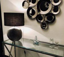 Console, lampe et miroir de chez maison du monde dans le hall d'entrée