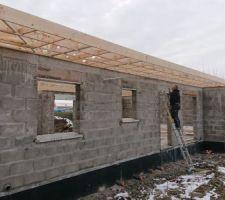 Rebord de toit sur le devant de la maison