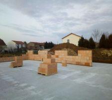 22/02/2018 - Jour 9 : Élévation des murs périphériques, les maçons ont eu le sérieux d'installer les palettes sur les fondations du futur mur de refend
