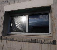 Une fenêtre sud avec son linteau pour le volet roulant orientable