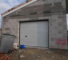Porte sectionelle de garage gris clair et motorisée