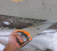 Mise en place des profilés de socle entre le liège et la fibre de bois